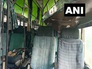 Xe buýt bốc cháy khi chạm vào đường dây điện cao áp, 10 người chết