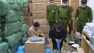 Khởi tố, tạm giam 3 đối tượng làm giả hàng nghìn bộ quần áo bảo hộ phòng dịch