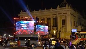 [VIDEO] Người dân Hà Nội đổ xuống đường cổ vũ đội tuyển bóng đá trước giờ G