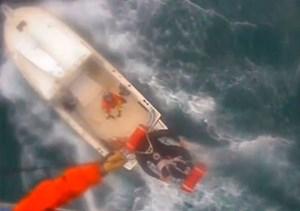 Khoảnh khắc trực thăng tuần duyên Mỹ cứu người bị cá mập cắn trên biển