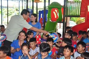 Quảng Nam: Niềm vui Trung thu của trẻ em Làng Hòa Bình