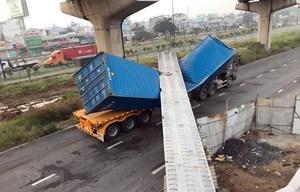 TP HCM: Xe container kéo sập dầm bêtông cầu bộ hành đang thi công