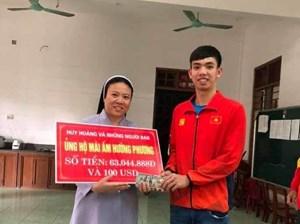 Kình ngư Nguyễn Huy Hoàng trích tiền thưởng SEA Games 30 giúp đỡ trẻ khuyết tật ở quê nhà