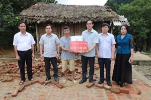 [ẢNH] Mặt trận thăm hỏi, tặng quà các gia đình bị thiệt hại do giông lốc tạiPhú Thọ