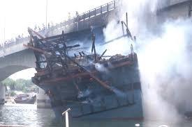 [VIDEO] Tàu cá chứa 25.000 lít dầu cháy rụi ở Quảng Ngãi