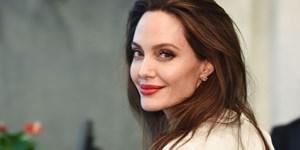Angelina Jolie hẹn hò nhân viên nhà đất?