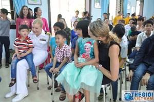 [ẢNH] Thủy thủ tàu sân bay Mỹ thăm làng trẻ SOS, bệnh nhân tâm thần