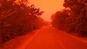 Bầu trời 'đỏ rực như máu' giữa ban ngày vì cháy rừng