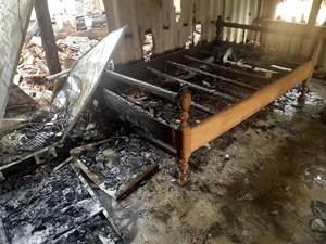 Cắt tràm trở về thấy nhà đang bốc khói nghi ngút