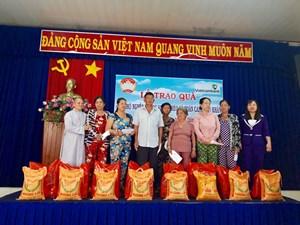 Mặt trận thị xã Thuận An phối hợp trao quà cho người nghèo