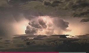 [VIDEO] Bão điện rực sáng bầu trời Australia