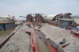 Bắt giữ 4 tàu khai thác cát trái phép trên sông Hồng