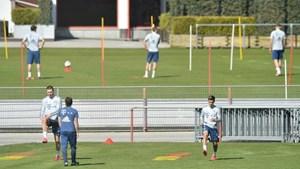 Cầu thủ Bayern Munich 'giãn cách xã hội' khi trở lại tập luyện