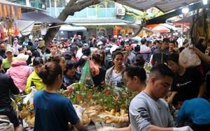 [VIDEO] Người Hà Nội chen chân trong phiên chợ cuối cùng của năm