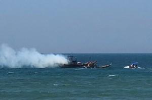 Quảng Nam: Một tàu cá đang neo đậu gần bờ biển bốc cháy lớn