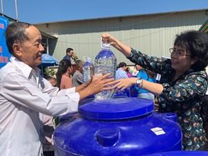 Hỗ trợ đồng bào nghèo tỉnh Bến Tre 1.000 bồn chứa ngọt
