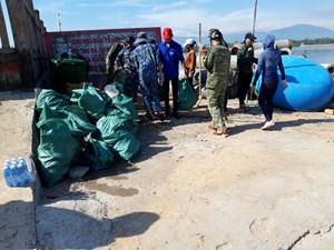 Cảnh sát biển tham gia hành động chống rác thải nhựa
