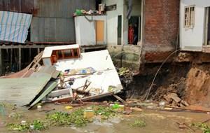 Sạt lở ven chợ nổi Cái Răng, 5 căn nhà bị cuốn xuống sông