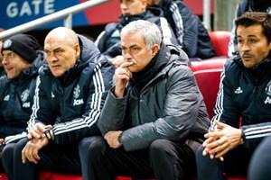Cổ động viên MU đòi đuổi HLV Mourinho sau trận thua sốc