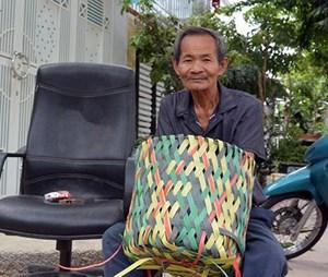 Cụ ông 68 tuổi tận dụng phế liệu đan sọt rác thân thiện môi trường