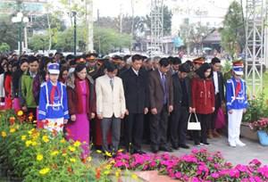 Dâng hương tại Bia chiến công 11 cô gái sông Hương