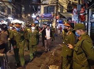 Cách ly 17 người nghi nhiễm Covid-19 tại quận Hoàn Kiếm