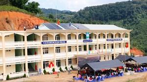Tặng hệ thống điện mặt trời cho điểm trường biên giới ở Quảng Nam