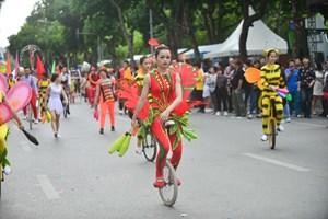 Diễu hành của các nghệ sĩ xiếc tại phố đi bộ Hồ Gươm