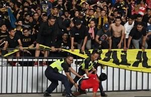 [VIDEO] Cận cảnh CĐV Indonesia làm loạn sau trận thua ngược Malaysia