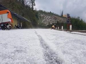 [Ảnh] Mưa đá bất ngờ phủ trắng đường, sườn đồi ở Lai Châu