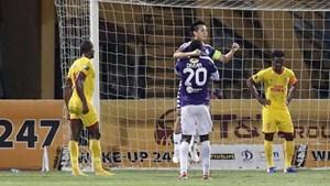 Hà Nội FC thắng Nam Định 6-1 trong 'cơn mưa pháo sáng' ở Hàng Đẫy