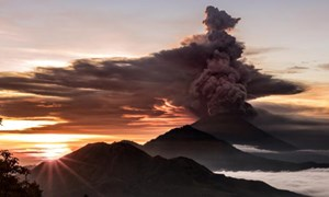 Hàng chục người Việt vẫn mắc kẹt ở Bali vì núi lửa