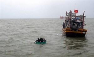 Cứu nạn thành công tàu cá mắc cạn cùng 9 thuyền viên