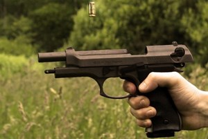 Học cách sử dụng súng, con vô tình bắn vào đầu cha