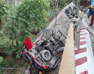 Vụ xe khách lật trên Quốc lộ 6 (Sơn La): Do lái xe không làm chủ tốc độ