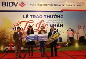 Khách hàng nhận 500 triệu tiền thưởng của chương trình 'Tài Lộc Nhân Đôi'