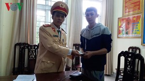 Nam thanh niên ship hàng thuê nhận lại chiếc ví đánh rơi từ CSGT