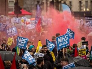 Người dân biểu tình kêu gọi chính phủ Anh hỗ trợ Hệ thống y tế công