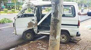 Ôtô mất lái tông vào trụ điện, tài xế tử vong