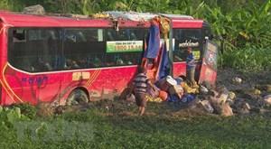 Phú Yên: Xe khách chở 42 người bị mất phanh, lao xuống ruộng