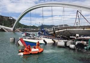 Sập cầu tại Đài Loan khiến nhiều người bị thương và mắc kẹt