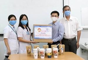 Tặng 3.000 ly sứ dưỡng sinh 'Tự hào Việt Nam' cho y, bác sĩ tham gia phòng, chống dịch Covid-19