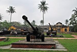Di dời hiện vật ngoài trời tại Bảo tàng Lịch sử Thừa Thiên - Huế