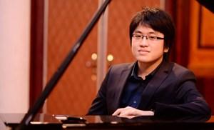 Nghệ sĩ Lưu Đức Anh biểu diễn piano tại Nhà hát Lớn Hà Nội