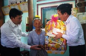 Trưởng Ban Tuyên giáo Trung ương thăm, tặng quà tại Quảng Ngãi