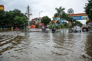 [ẢNH] Đại lộ Thăng Long ngập nặng sau cơn mưa lớn do bão số 3
