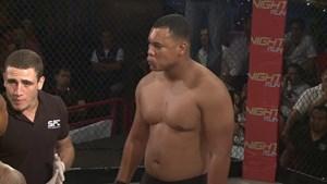 Võ sỹ MMA vật trọng tài và đòi ăn thua đủ với đối thủ