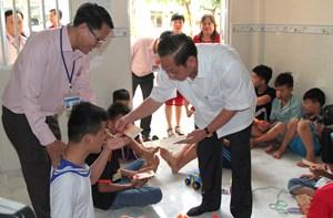 Bí thư Thành uỷ Cần Thơ tặng quà Tết trẻ em tại Trung tâm công tác xã hội