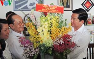 Bí thư Thành ủy Đinh La Thăng thăm cán bộ y tế dịp 27-2