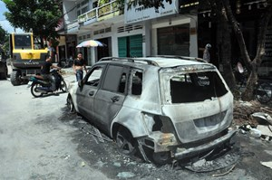 Bị vật lạ quăng vào, xe ô tô Mercedes bị bốc cháy trong đêm